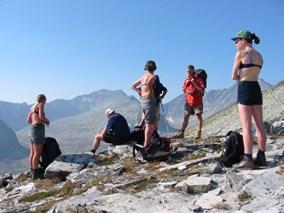 Fjelltur på Venabufjellet i Ringebu. Bilde av mange glade folk på topptur