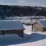 Bilde av snødekte hytter i fjellheimen i Ringebu