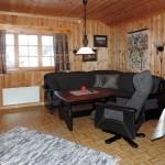 Stuekrok i hytten med grå sofa og grå stol